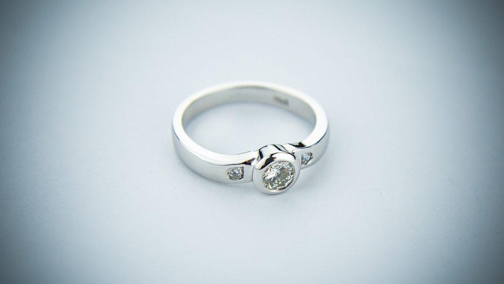טבעת אירוסין ברקע לבן