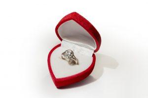 טבעת אירוסין בקופסת לב