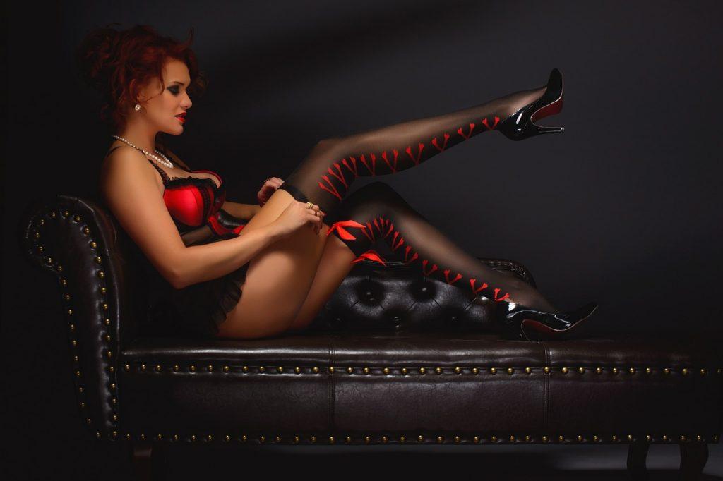 אישה בלבוש מינימליסטי על ספה