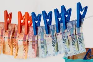 דולרים מתייבשים על חבל כביסה